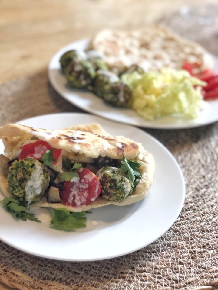 Recette de falafel, pains pita, aubergines confites et saucethrina